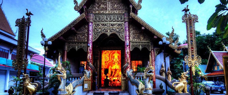 Evening prayers in Wat Klang Wieng